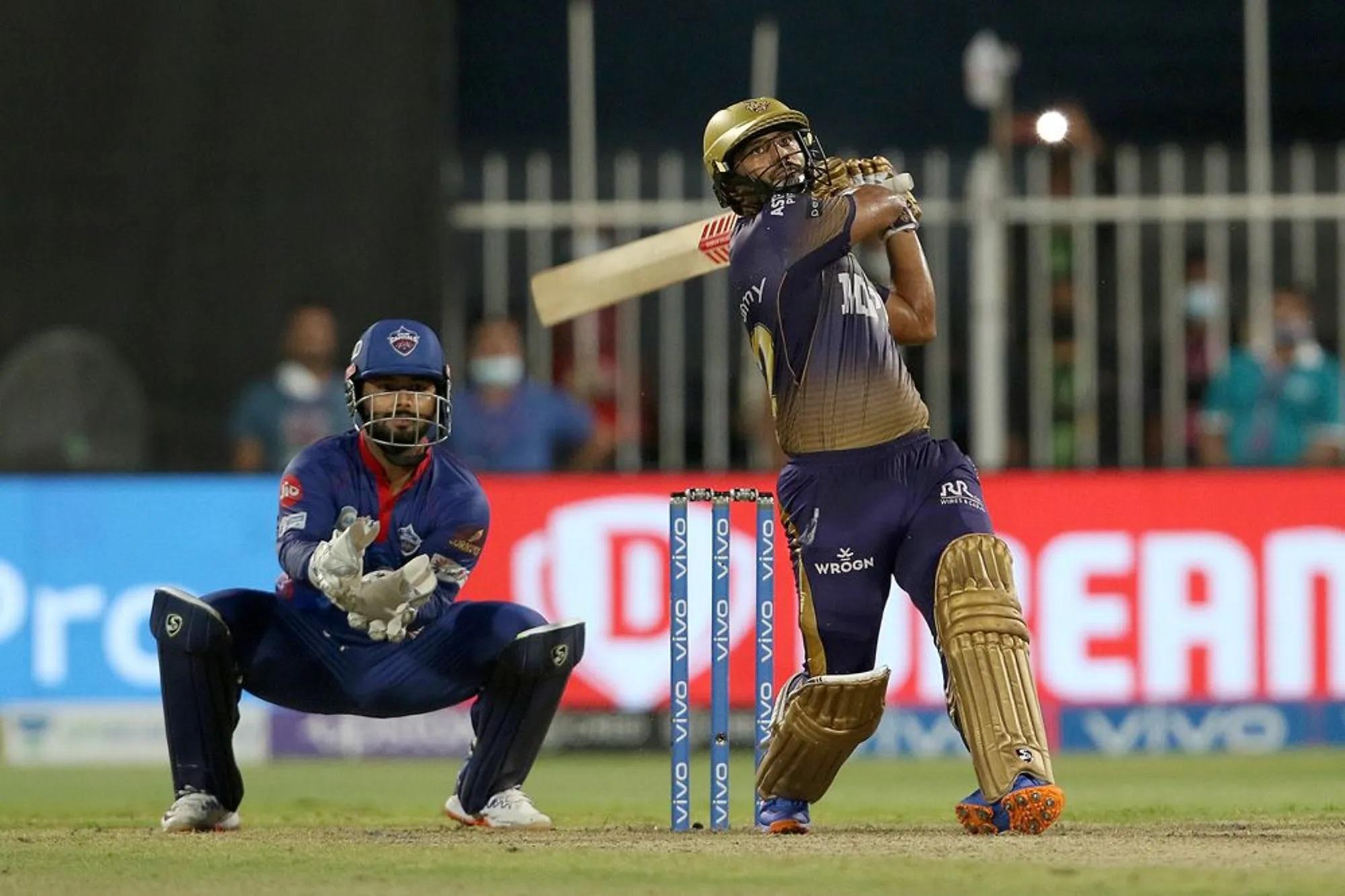 इस मैच की यही कहानी रही। कोलकाता ने आखिरी के चार ओवर में अपनी हार सुनिश्चित करने की एक कसर नहीं छोड़ी थी। महज 8 रन के भीतर 6 टॉप ऑर्डर बैट्समैन वापस जाकर बैठ चुके थे, लेकिन दिल्ली ने इतनी गलतियां कीं कि उन्हें जीत गिफ्ट में मिल गई। जिस मार्कस को दिल्ली ने ऐसी कठिन परिस्थिति के लिए खिलाया था वो आखिरी ओवर में मैदान में नहीं थे। आखिरी ओवर अश्विन करने आए और उन्हें राहुल त्रिपाठी ने 20वें ओवर की 5वीं गेंद पर एक शानदार छक्का लगाकर मैच अपने नाम कर लिया।