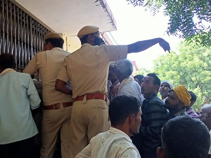 कृषि कार्यालय पर खाद के लिए पहुंचे किसान व मौजूद पुलिस। - Dainik Bhaskar