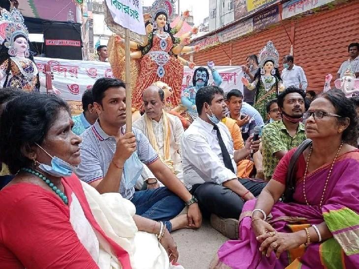 बांग्लादेश में हिंदू मंदिरों और लोगों पर हो रहे हमले के खिलाफ प्रदर्शन करते लोग।