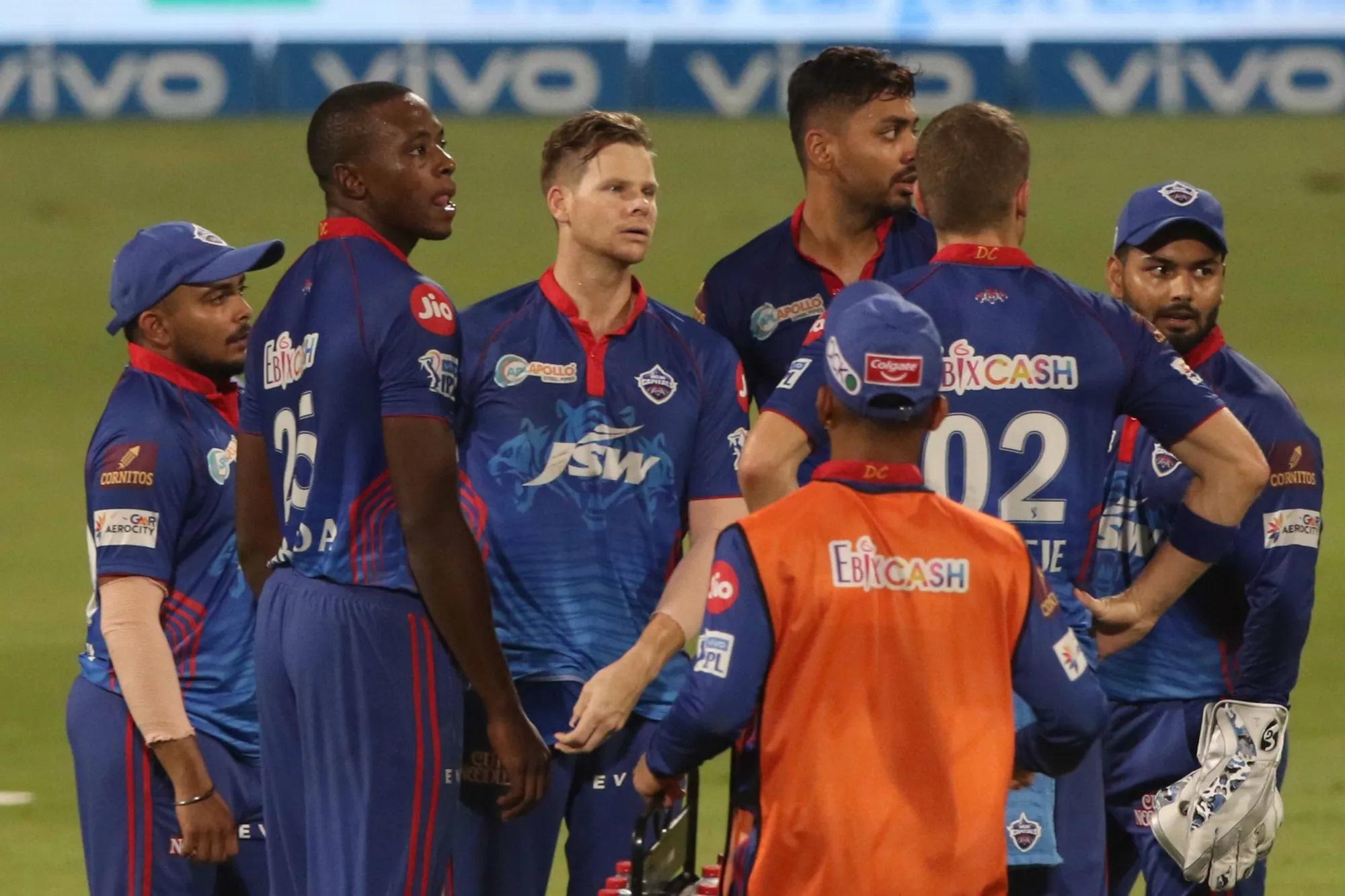 मैच शुरू होने के साथ ही ऋषभ पंत बेकरार नजर आए। वो डगआउट में लगातार बैटिंग की प्रैक्टिस करते रहे। पहली बार टाइम आउट हुआ तो क्रीज पर मौजूद दिल्ली कैपिटल्स के दोनों बल्लेबाज शिखर धवन और मार्कस स्टॉयनिस अच्छा खेल रहे थे, लेकिन पंत दोनों पैरों में पैड पहने मैदान पर चले हुए आ गए। पीछे-पीछे रिकी पोंटिंग आए। पंत बैट्समैन से बात करने लगे।