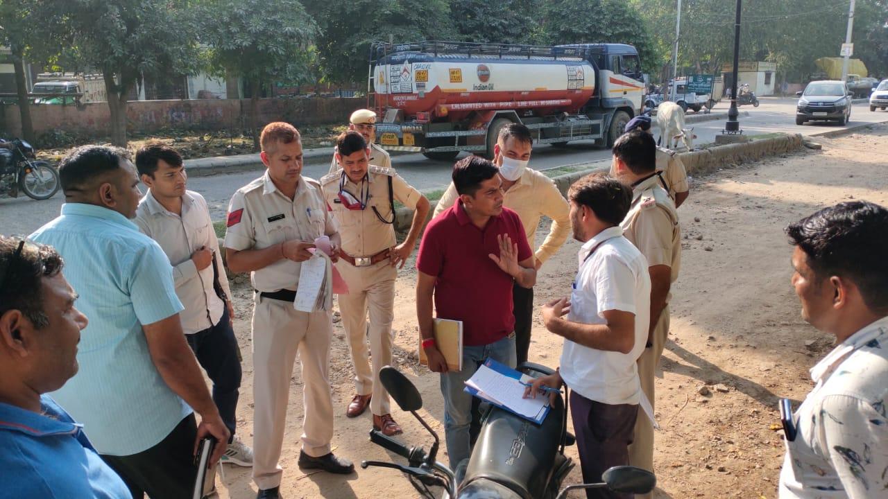 बुधवार को रेवाड़ी की ब्रास मार्केट में दिन दहाड़े हुई वारदात, CIA के अलावा पुलिस की 2 टीमें कर रही छापेमारी रेवाड़ी,Rewari - Dainik Bhaskar