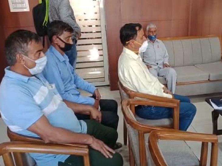 कार्यालय में ताला लटका तो एसपी के पास पहुंचे लोग; बोले- कहीं विदेश न भाग जाएं आरोपी हमीरपुर (शिमला),Hamirpur (Shimla) - Dainik Bhaskar