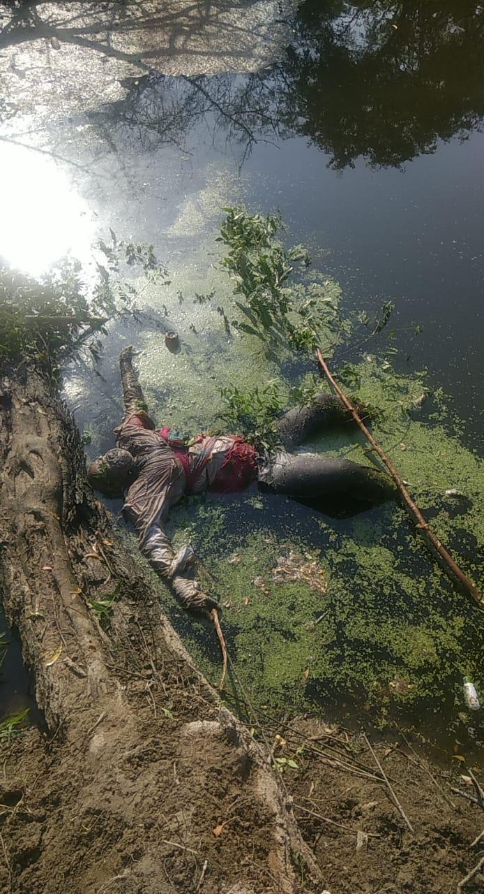ड्रेन में पड़ी महिला की लाश। - Dainik Bhaskar
