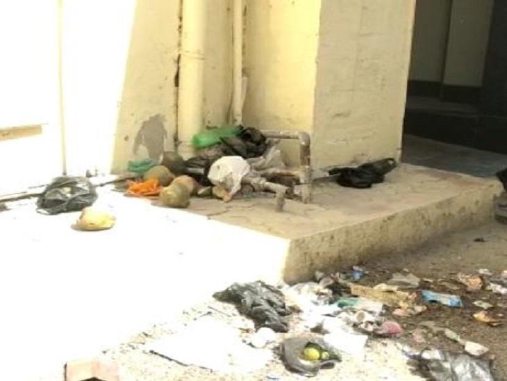 एसके अस्पताल का मेल वार्ड खुद बीमार,कचरे के ढेर और गंदगी से फैल रही बीमारी,मरीजों को नहीं मिल रहा इलाज सीकर,Sikar - Dainik Bhaskar