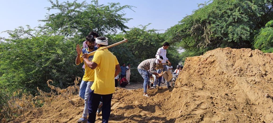 प्रशासन ने नहीं किया समाधान तो ग्रामीणों ने सड़क से खुद ही हटा दी मिट्टी, वाहनों की आवाजाही शुरू लखीसराय,Lakhisarai - Dainik Bhaskar