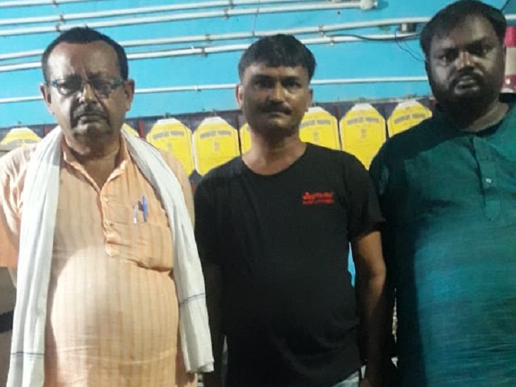 हिरासत में तीनों आरोपित - Dainik Bhaskar