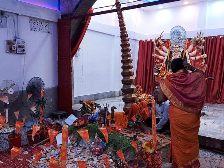 पटना का एक मंदिर, जहां भक्त के दर्शन करने आते हैं दर्शनार्थी, छाती पर 21 कलश रख नवरात्र में 25 साल से कर रहे पूजा|बिहार,Bihar - Dainik Bhaskar