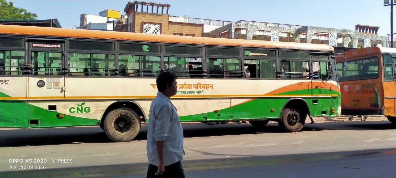 गुरुवार को चौराहे पर अभियान चलाकर जाम लगाने वाली 20 रोडवेज व निजी बसों का चालान किया गया। - Dainik Bhaskar