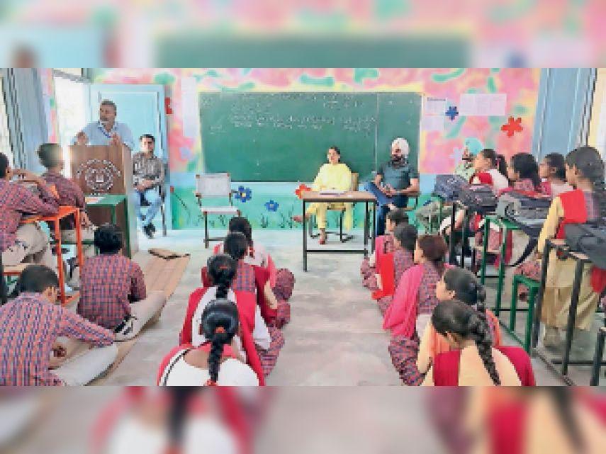 जनाल के स्कूल में छात्रों को वोट के अधिकार के प्रति किया जागरूक दिड़बा,Dirba - Dainik Bhaskar