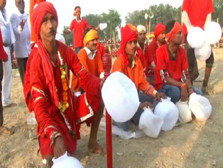 242 सालों से चली आ रही है कुप्पी युध्द की परंपरा, कोरोना काल में मास्क लगाकर लड़ेंगी सेनाएं कौशांबी,Kaushambi - Dainik Bhaskar