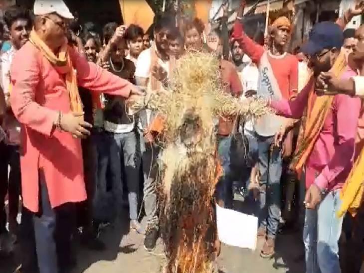 कहा- पीएम मोदी बांग्लादेश से तोड़े संबंध, विहिप और बजरंग दल ने किया प्रदर्शन|शाहजहांपुर,Shahjahanpur - Dainik Bhaskar
