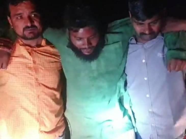 बाइक से जा रहा था, पुलिस ने गोली मारकर दबोचा; एक फरार|फतेहपुर,Fatehpur - Dainik Bhaskar
