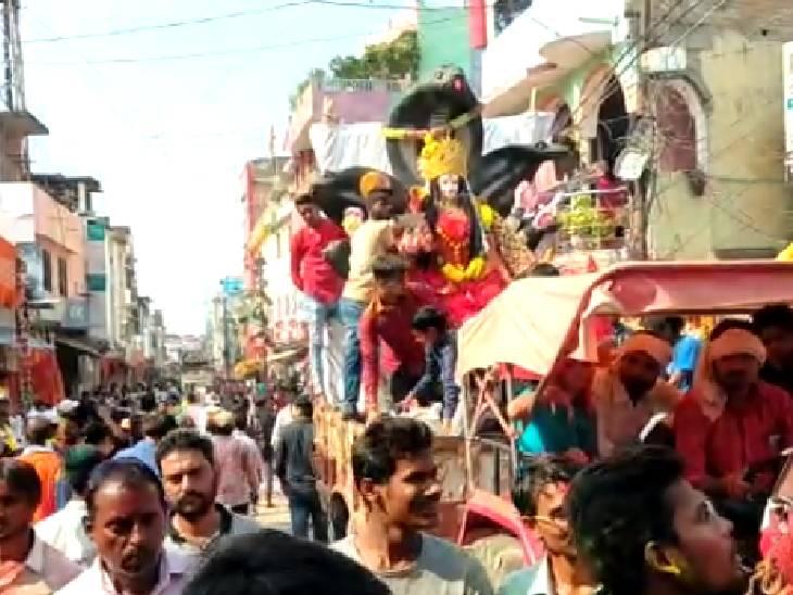 जयकारों के बीच दुर्गा प्रतिमाओं का विसर्जन, ढोल-नगाड़े की धुन पर थिरके भक्त बांदा,Banda - Dainik Bhaskar