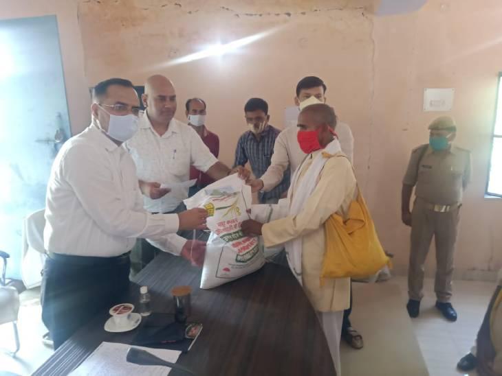 डीएम ने 10 प्रगतिशील किसानों को दी मिनी किट, वैज्ञानिक विधि से खेती करने पर दिया जोर चित्रकूट,Chitrakoot - Dainik Bhaskar