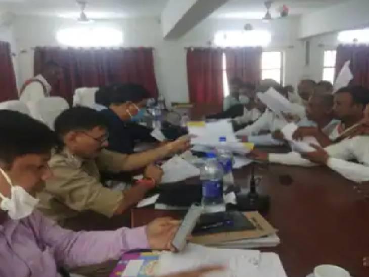 कुंडा तहसील सभागार में आयोजित किया गया समाधान दिवस, एडीएम ने सुनी शिकायतें|प्रतापगढ़,Pratapgarh - Dainik Bhaskar