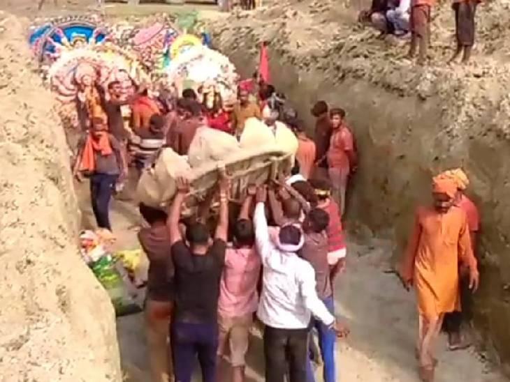 नवरात्र पर 1570 जगहों सजे देवी के पंडाल, 11 सौ मूर्तियों का हुआ भू विसर्जन|फतेहपुर,Fatehpur - Dainik Bhaskar