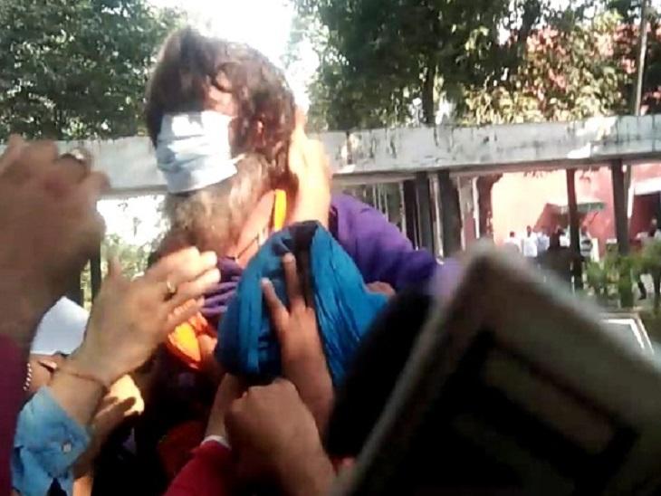 पेशी के बाद कोर्ट परिसर से निकलते समय धक्का-मुक्की में पगड़ी उतरने पर भड़का सरबजीत, अदालत ने 7 दिन के रिमांड पर भेजा|देश,National - Dainik Bhaskar