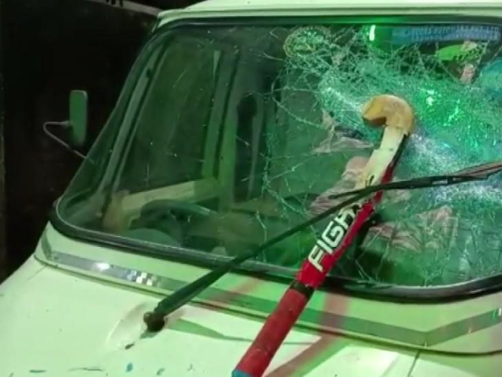 दुर्गा विसर्जन कर लौट रहे लोगों पर बम से हमला किया, गाड़ियों में तोड़फोड़ कर हमलावर फरार|देश,National - Dainik Bhaskar