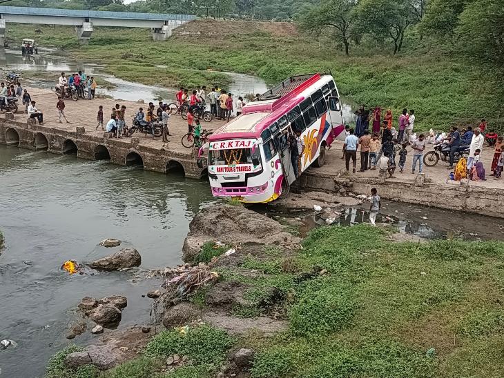 जावरा के हतनारा में यात्रियों से भरी बस पुलिया से नीचे लटकी, पानी में गिरती बस तो हो जाता बड़ा हादसा|रतलाम,Ratlam - Dainik Bhaskar