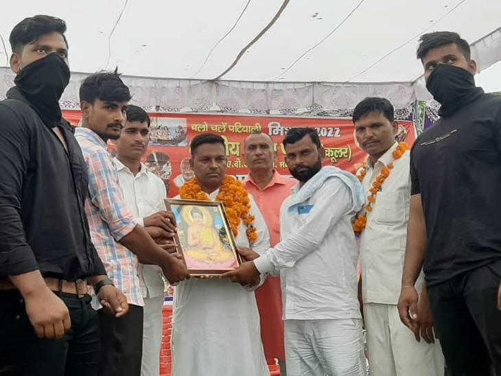 कार्यकर्ताओं ने राष्ट्रीय अध्यक्ष को भेंट की भगवान बुद्ध की तस्वीर, योगी सरकार पर किया हमला|कासगंज,Kasganj - Dainik Bhaskar
