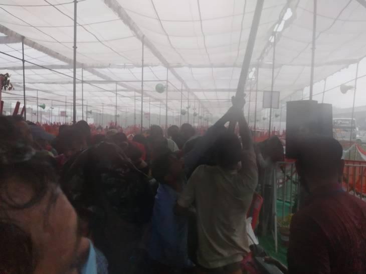 रामपुर में दिव्यांगों को उपकरण बांट रहे थे मुख्तार अब्बास नकवी, तेज बारिश के साथ आया तूफान रामपुर,Rampur - Dainik Bhaskar