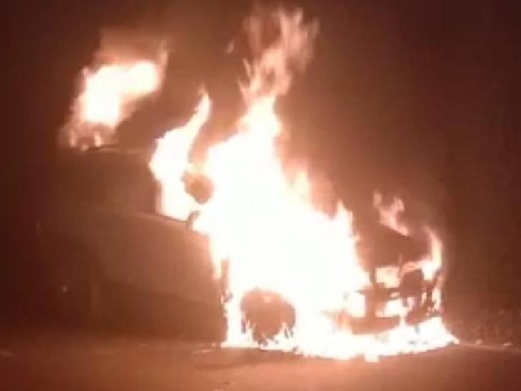 खड़ी कार में अचानक लगी आग, फायर ब्रिगेड ने पाया काबू हापुड़,Hapud - Dainik Bhaskar