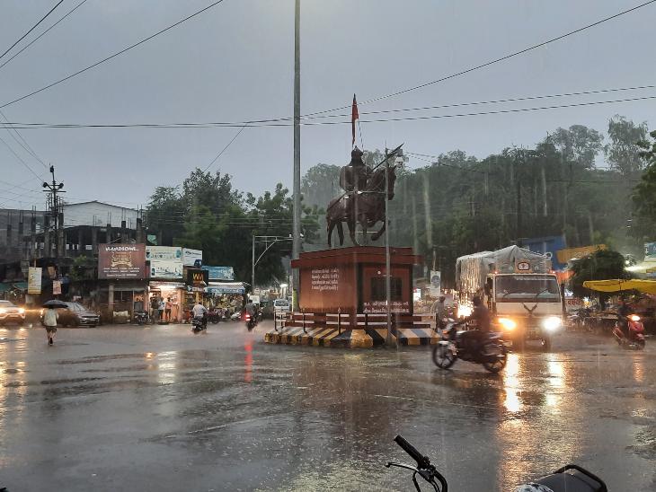 रतलाम में रातभर होती रही रिमझिम बारिश, 24 घंटे में आधा इंच बरसा पानी, आज भी बारिश के आसार|रतलाम,Ratlam - Dainik Bhaskar