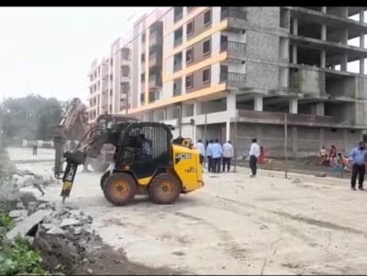 रतलाम में द्वारका रेसिडेंसी के अवैध निर्माण पर चला प्रशासन का बुलडोजर, बेशकीमती शासकीय जमीन पर किया था अवैध सड़क निर्माण|रतलाम,Ratlam - Dainik Bhaskar