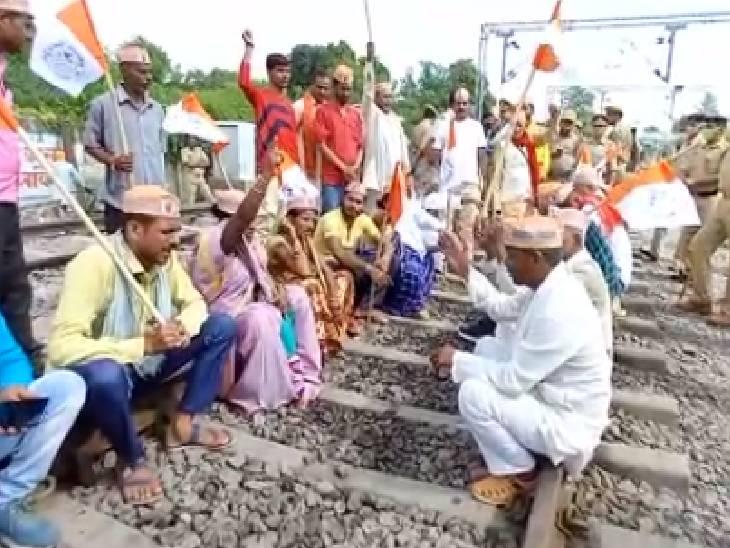 बुंदेलखंड किसान यूनियन ने रेलवे ट्रैक किया जाम, कहा- केंद्रीय गृह राज्यमंत्री की हो गिरफ्तारी बांदा,Banda - Dainik Bhaskar