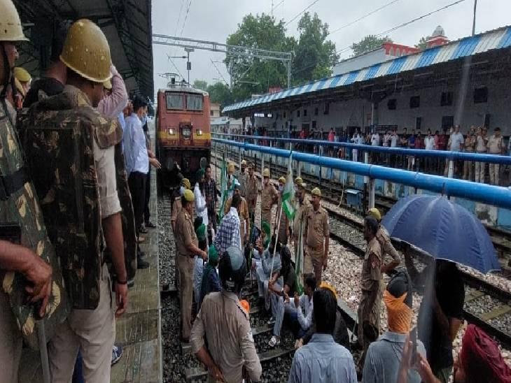 पुलिस ने सभी को रेलवे ट्रैक से उठाया, किसानों ने ट्रेनों के साथ ली फोटो|पीलीभीत,Pilibheet - Dainik Bhaskar