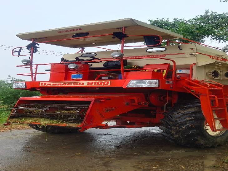 धान काटते वक्त हाईटेंशन लाइन की चपेट में आई मशीन, चालक और फोरमैन झुलसे|मैनपुरी,Mainpuri - Dainik Bhaskar