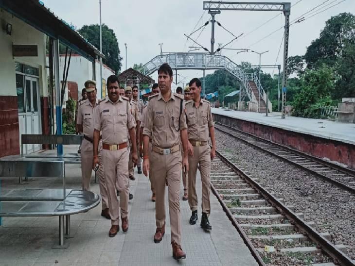 भारी पुलिस बल ने पटरियों तक पहुंचने से रोका, प्रदर्शनकारियों ने सड़क पर लगाए नारे कौशांबी,Kaushambi - Dainik Bhaskar