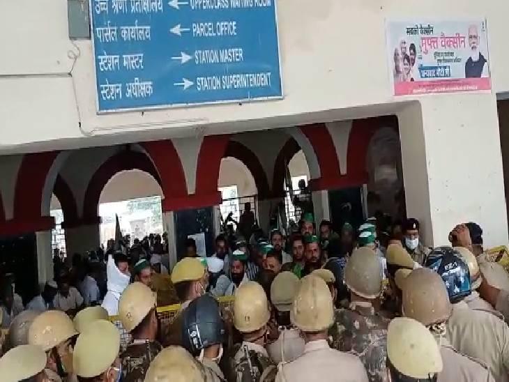 पुलिस ने रेलवे ट्रैक से बाहर खदेड़ा, रेल रोको अभियान के तहत कर रहे थे प्रदर्शन हापुड़,Hapud - Dainik Bhaskar