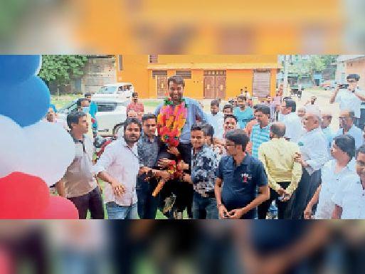 डीएसपी बनने के बाद पैतृक गांव बिशनपुर पहुंचने पर पंकज अग्रवाल का किया गया भव्य स्वागत|कोचाधामन,Kochadhaman - Dainik Bhaskar