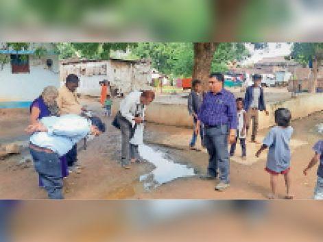 600 की आबादी वाले गांव के प्रत्येक घर में हैं मरीज, 1 माह से ग्रामीण हो रहे हैं ज्यादा बीमार सनावद,Sanavad - Dainik Bhaskar