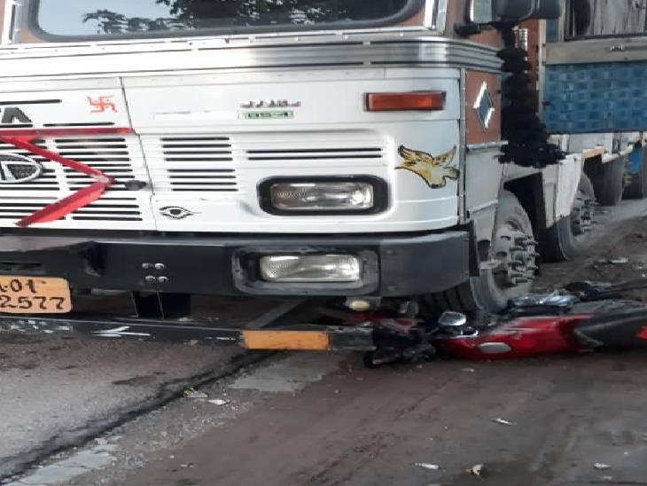 ट्रक ने बाइक सवार और राहगीरों को रौंदा, हादसे में कई लोग हुए घायल|उन्नाव,Unnao - Dainik Bhaskar