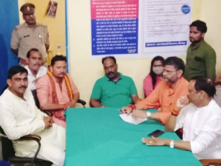 फोन न उठने पर थाना पहुंचे भाजपा पश्चिमी मंडल के अध्यक्ष, 6 घंटे चला हंगामा मिर्जापुर,Mirzapur - Dainik Bhaskar