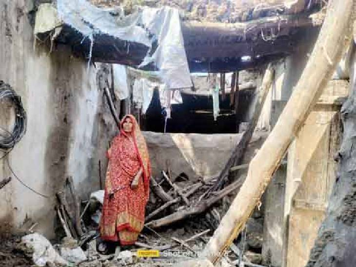 बाहर छप्पर में सोने ने चलते बची जान, पीएम आवास योजना के तहत मकान बनवाने की उठाई मांग फर्रुखाबाद,Farrukhabad - Dainik Bhaskar