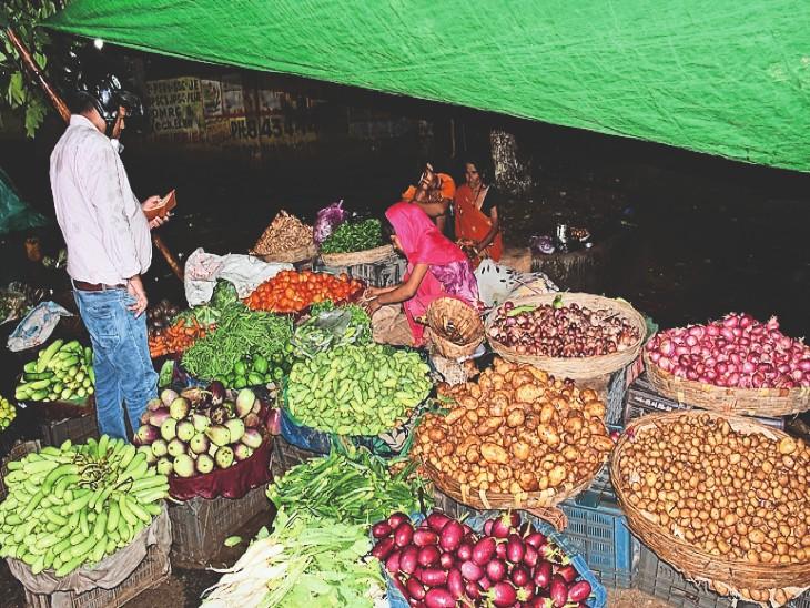 बेंगलुरू में स्टॉक किए टमाटर सड़ गए तो हफ्तेभर में 40 से 80 पर पहुंचा भाव, हिमाचल का सेब खाना हो तो खर्च करना होगा 120 रुपए प्रति किलो|भागलपुर,Bhagalpur - Dainik Bhaskar