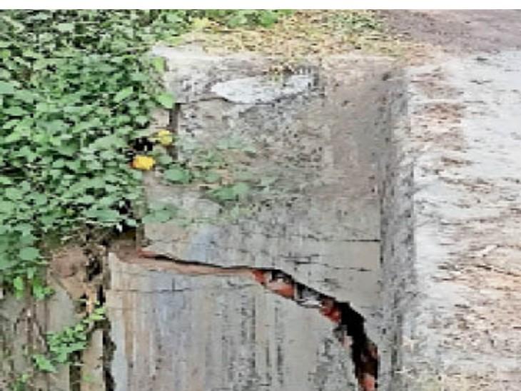 भेलाटांड़-काशीटांड़ के बीच की पुलिया का पिलर क्षतिग्रस्त, हादसे की आशंका|धनबाद,Dhanbad - Dainik Bhaskar
