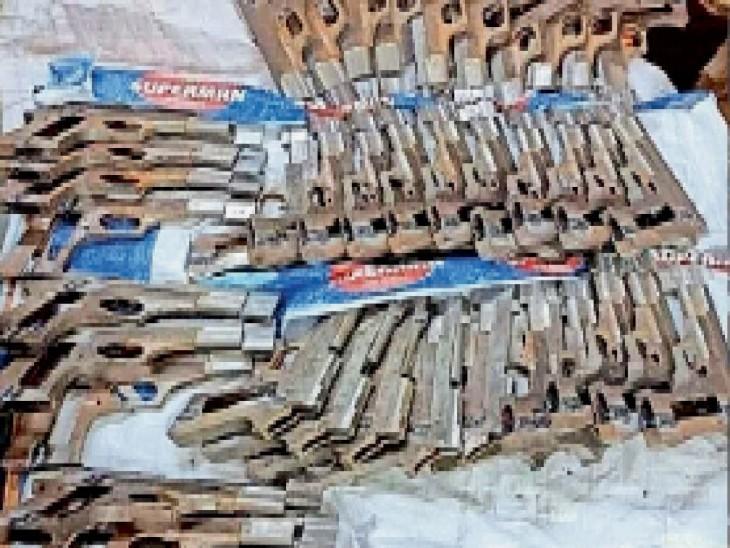 धनबाद से बंगाल जा रही बस से 40 अर्धनिर्मित पिस्टल बरामद|धनबाद,Dhanbad - Dainik Bhaskar
