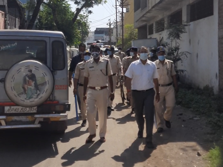 रतलाम में पुलिस और प्रशासन ने निकाला पैदल मार्च, प्रमुख चौराहों और संवेदनशील पॉइंट पर पुलिस फोर्स की तैनाती|रतलाम,Ratlam - Dainik Bhaskar