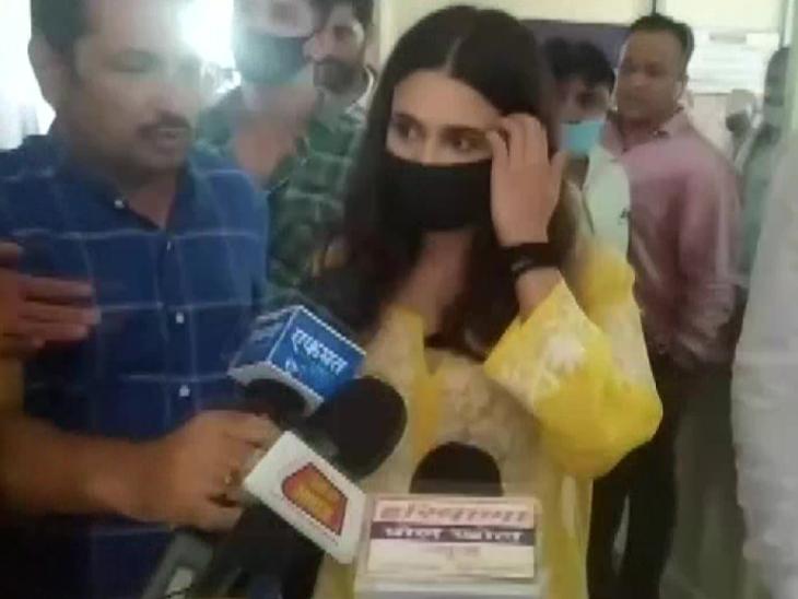 युविका चौधरी एससी/एसटी एक्ट के तहत हुईं गिरफ्तार, 3 घंटे की पूछताछ के बाद मिली अंतरिम जमानत|टीवी,TV - Dainik Bhaskar