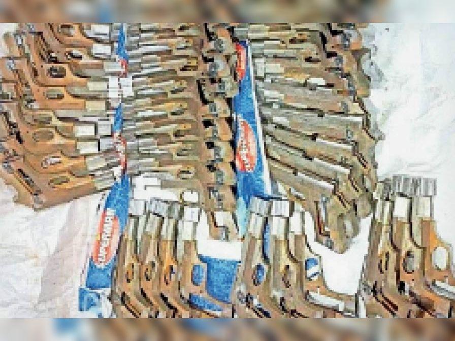 धनबाद से कोलकाता जा रही बस से 40 अर्धनिर्मित पिस्तौल बरामद, 3 गिरफ्तार|मिहिजाम,Mihijam - Dainik Bhaskar