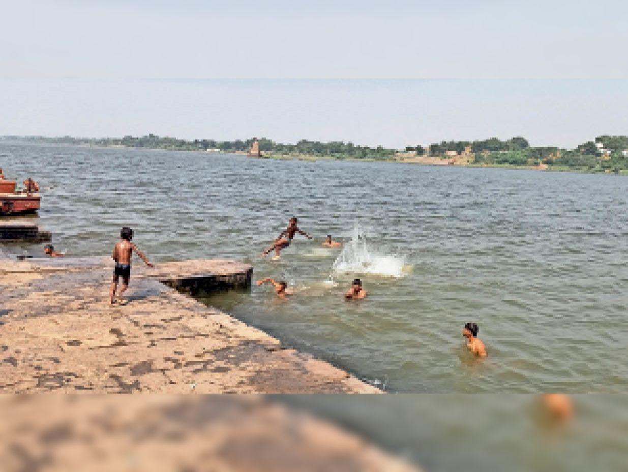 नर्मदा घाट पर रेलिंग न गोताखोर, डूबते लोगों को बचाने वालों को भी नहीं मिल रही सुविधाएं|कसरावद,KASRAWAD - Dainik Bhaskar