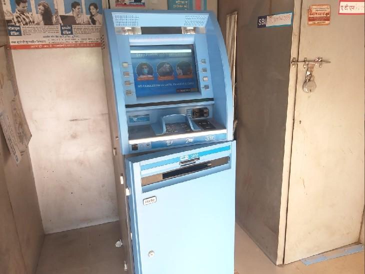 बाजार में SBI के ATM में घुसे बदमाश, मशीन को तोड़ा, पुलिस के पहुंचते ही भागना पड़ा|ग्वालियर,Gwalior - Dainik Bhaskar