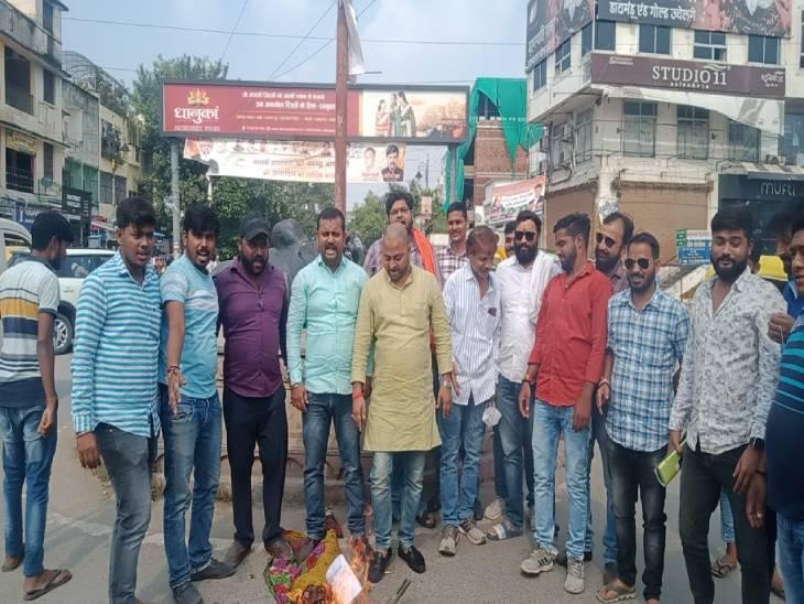 सवर्णोंको गाली देने वाले सांसद का करणी सेना ने जलाया पुतला; कहा- ऐसे नेता समाज में खतरनाक|सोनभद्र,Sonbhadra - Dainik Bhaskar