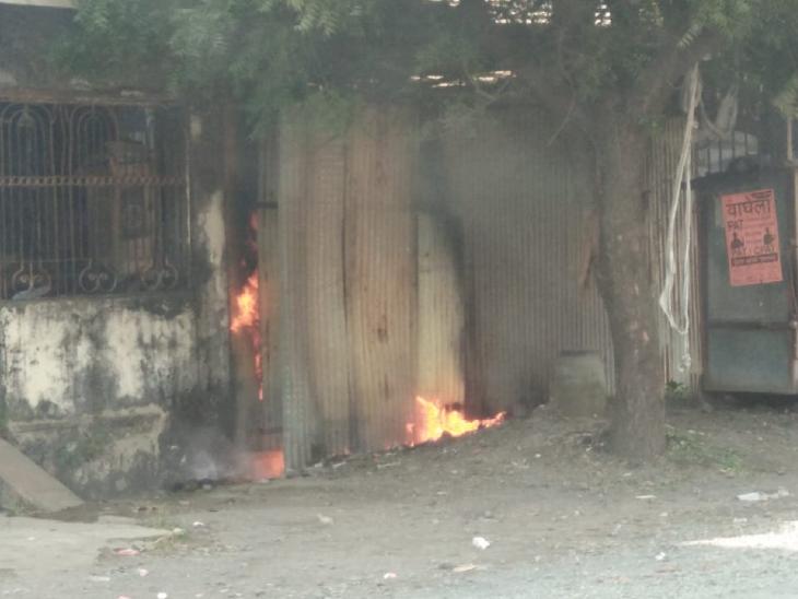 पाइप गोदाम के बाहर लगी आग, समय रहते पाया काबू, वरना फिर दहल जाता शहर|रतलाम,Ratlam - Dainik Bhaskar
