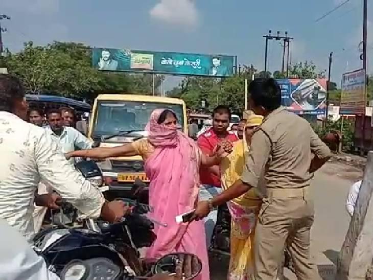 1 साल नहीं मिल रहा पानी, आक्रोशित महिलाओं ने बच्चों के साथ चेन बनाकर जताया विरोध बांदा,Banda - Dainik Bhaskar