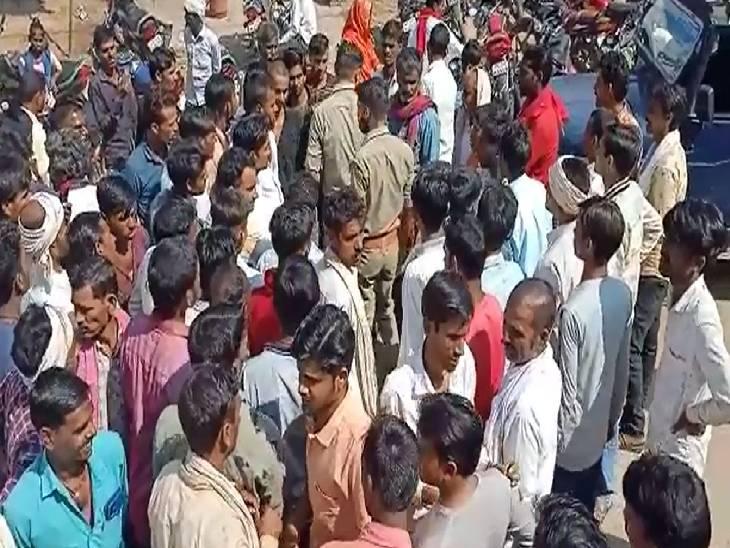 खाद की कालाबाजारी को लेकर जताई नाराजगी, घंटो जाम किए मुख्य मार्ग|ललितपुर,Lalitpur - Dainik Bhaskar